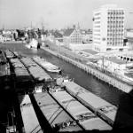 952959-Biurowiec-w-lutym-1975-roku-Na-Motlawie-barki-a-w-oddali-statek-Panna-Wodna